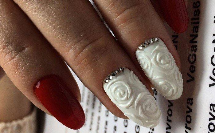 белые ногти с объемными розами