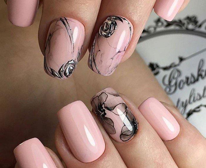 светлые ногти с темным цветком