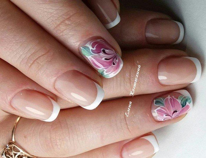 френч на ногтях с розовым цветком
