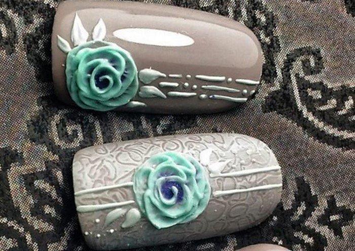 серые ногти с голубым цветком