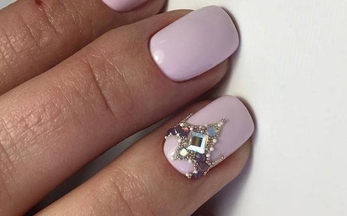 розовые ногти с треугольной стразой