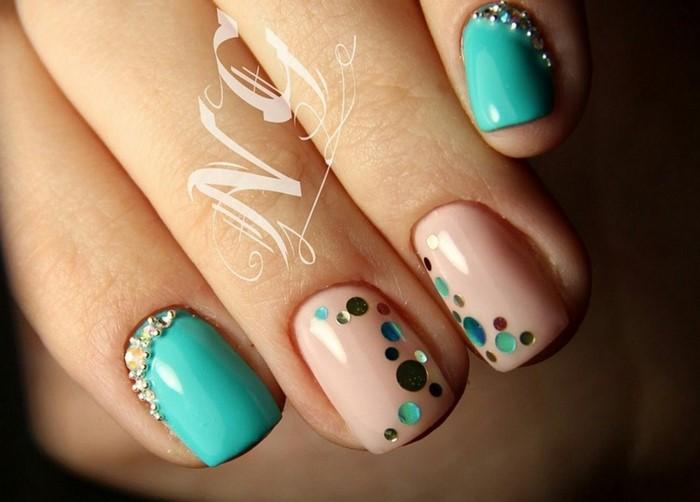 розовые ногти с бирюзовыми точками