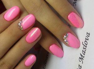 розовые ногти и несколько страз