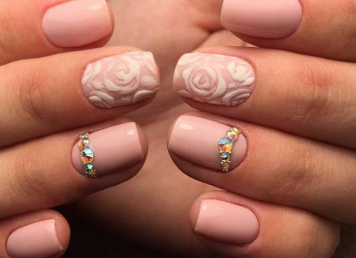 розовые ногти с полоской из страз