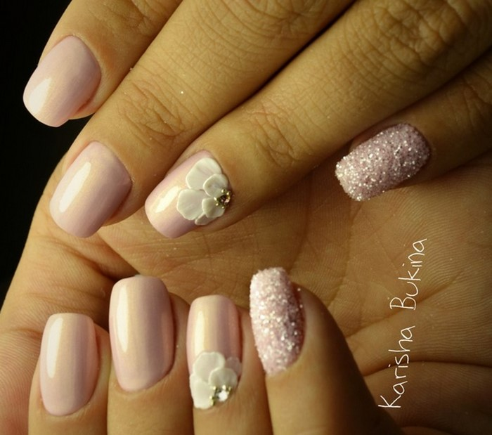 розовые ногти с литьем и стразами