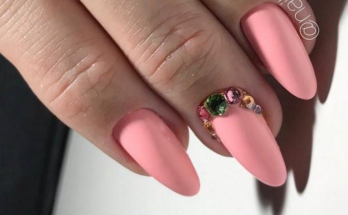 розовые ногти с зелеными стразами