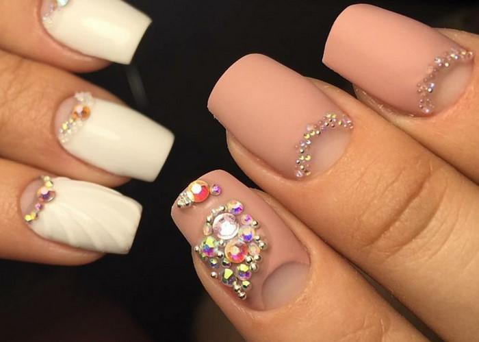 розово телесные ногти со стразами
