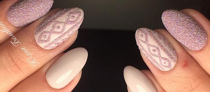 свитер на розовых ногтях