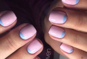 розовый маникюр с голубыми лунками