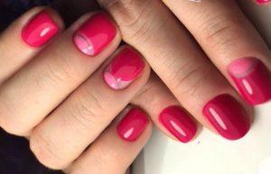 малиново-розовые ногти с лункой