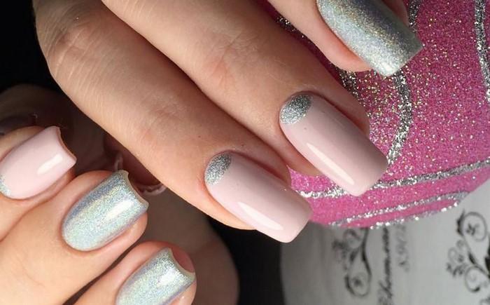 светло-розовые ногти с серебрянной лункой