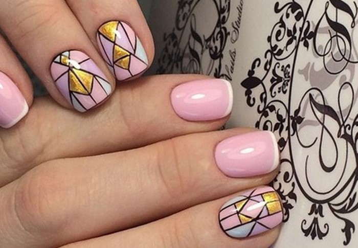 розовые ногти с золотым рисунком