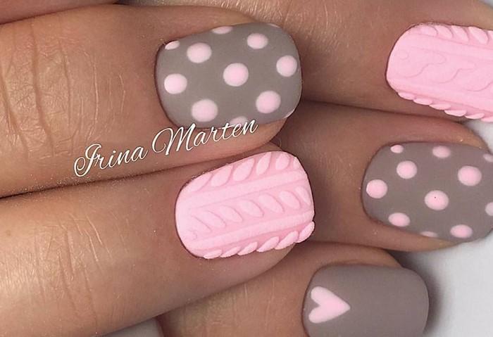 нежно-розовые ногти со с свитером