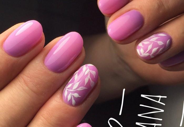 розовое омбре на ногтях с вензелями