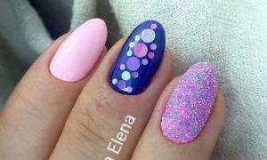 розовые ногти с синим рисунком