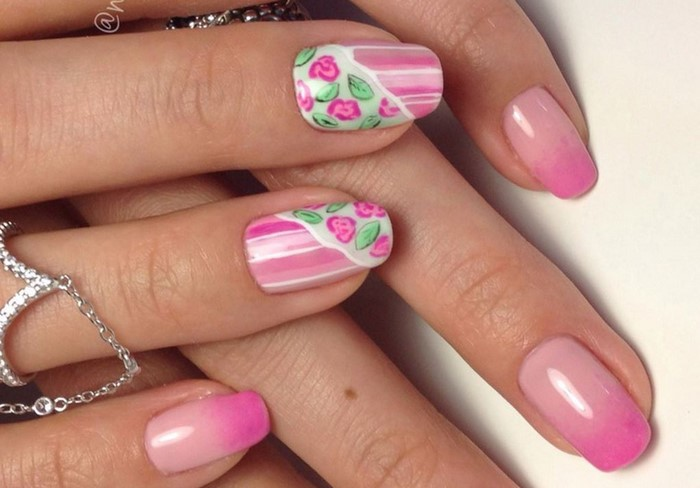 слайдеры с цветами на розовых ногтях