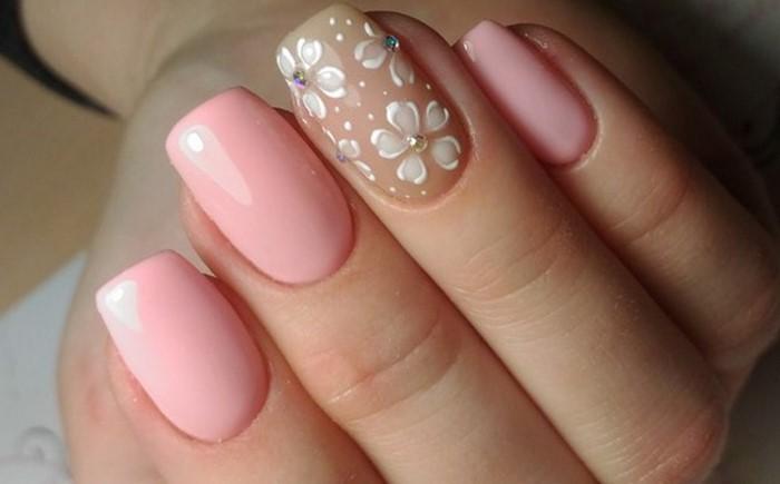 нежные ромашки с розовыми ногтями