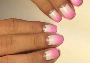 розово-белое омбре на ногтях с лункой