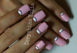 розовый маникюр с белыми лунками