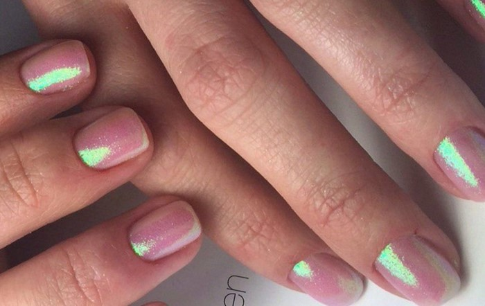 короткие перламутровые ногти
