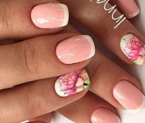 красивый цветок на розовых ногтях