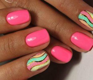 розовые ногти с разноцветными полосками