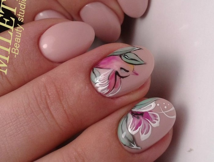 розовые ногти с рисованным цветком