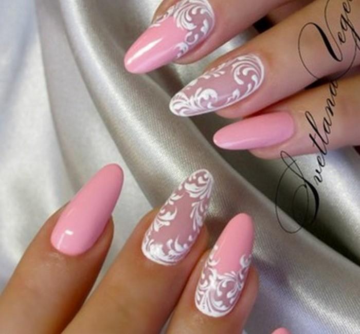 розовые ногти с белыми вензелями