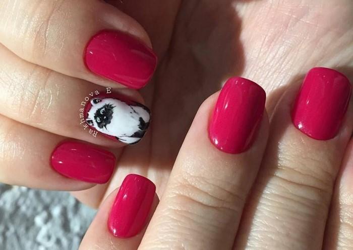 малиновые ногти с котом
