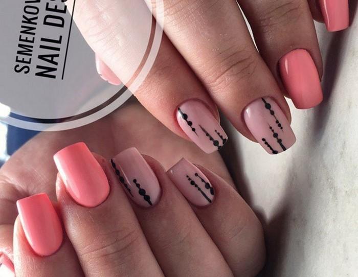 розовые ногти с черной посыпкой