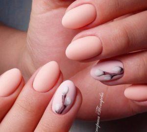 розовые ногти и бутончики из цветов