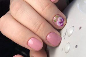 розовые ногти с китайской росписью