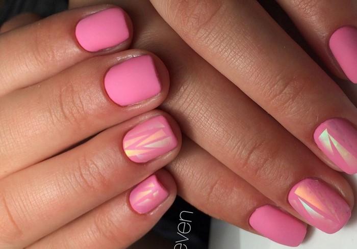 матовые розовые ногти с фольгой
