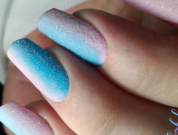 розово-голубые ногти с посыпкой
