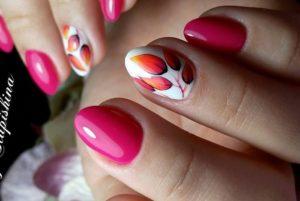 розовые ногти с листиками