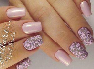 светло-розовые ногти с вензелями