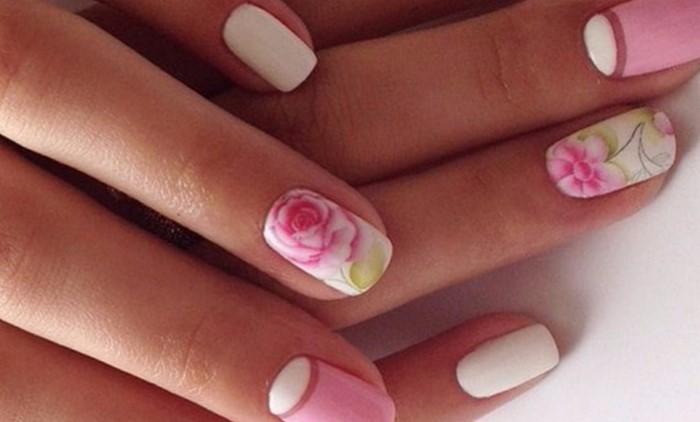 розовые ногти с цветком