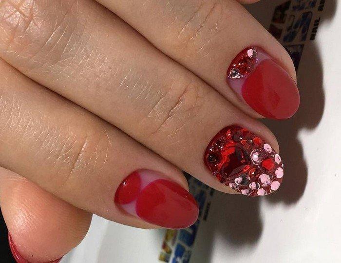 красные ногти сос стразами