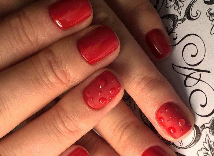 красные ногти с каплями