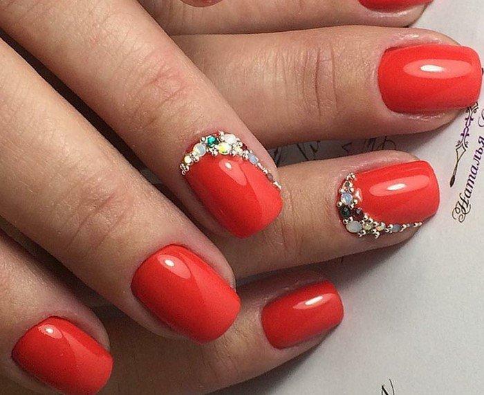 красные ногти с лункой из страз