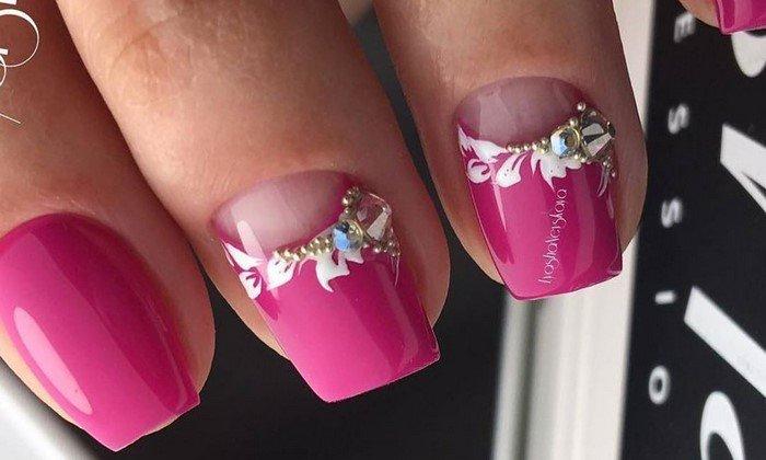 ярко розовые ногти с лунным маникюром