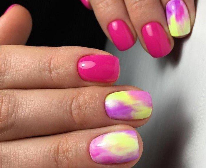 розовые ногти с желтыми вкраплениями