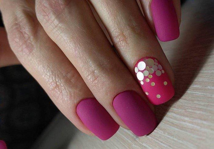 ярко розовые ногти с золотым дизайном