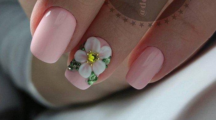 розовые ногти с белой лепкой