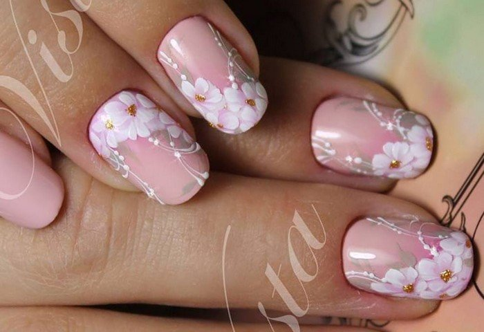 розовые ногти с белыми цветками