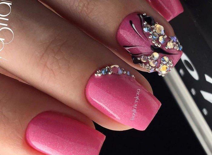 розовые ногти со стразой бабочка