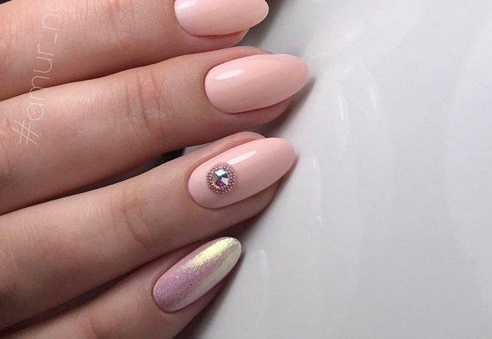 розовые ногти со стразой