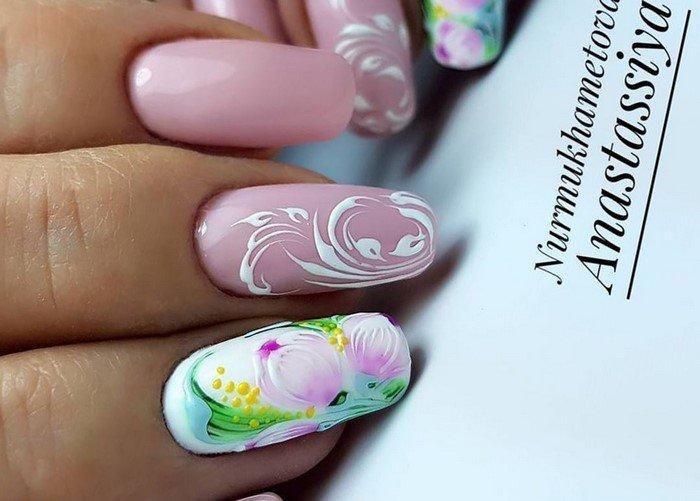 розовые ногти с вензелями
